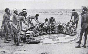 Ritual aborígene. Austrália. Recuperado em 10 maio de 2020, de https://www.pinterest.ru/pin/535717318153960272/
